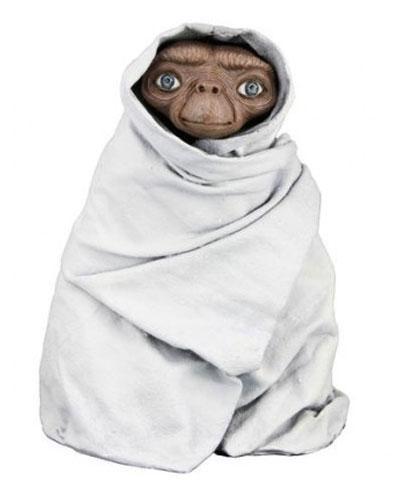 Merchandising E.T. El Extraterrestre. E.T. disfrazado y escondido con una sábana