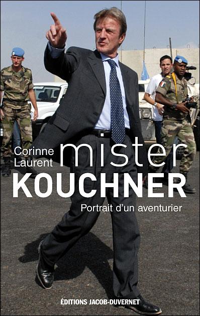 couverture du livre montrant Bernard Kouchner devant des militaires français : tout un programme...